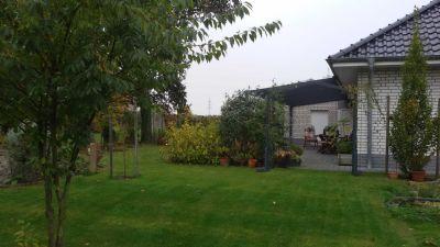 Blick auf den Terrassenbereich und Garten