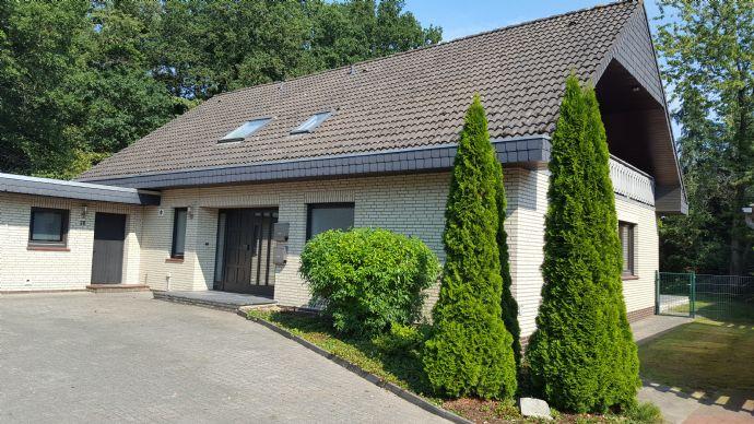 Großzügiges Zweifamilienhaus mit Doppelgarage auf großem Grundstück!