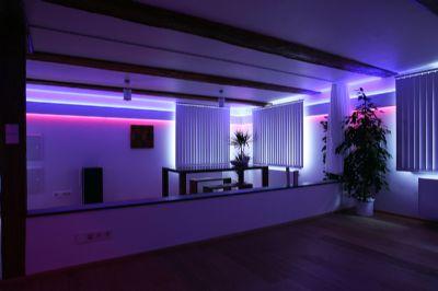 Offene Wohnräume mit Beleuchtung