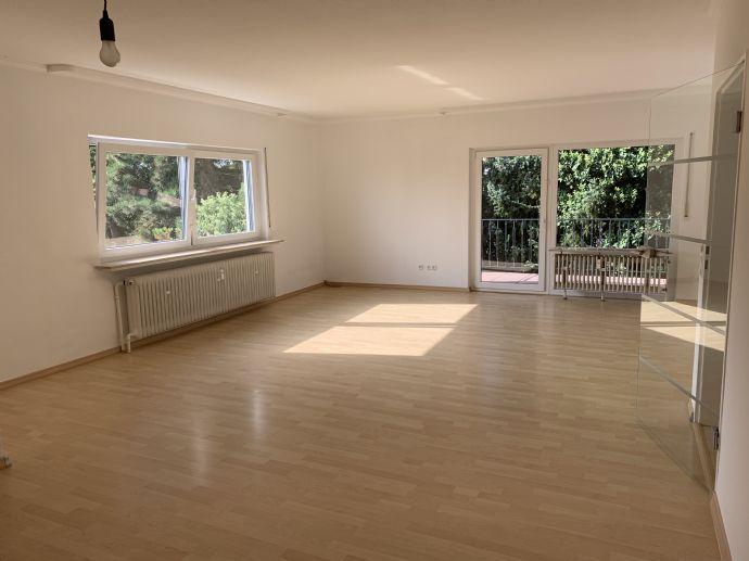Stilvoll modernisierte 3,5-Zimmer-Dachgeschosswohnung mit Balkon & Einbauküche auf dem Wingertsberg