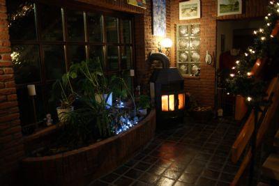 Eingangshalle mit Pflanzbeet und Kaminofen