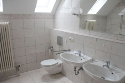 Das helle Badezimmer ...