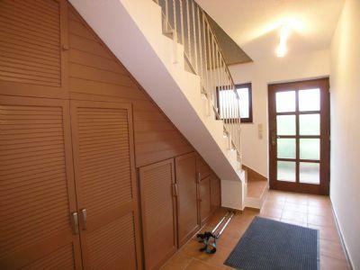 Eings-Flur und Treppe zum Obergeschoss (DG)