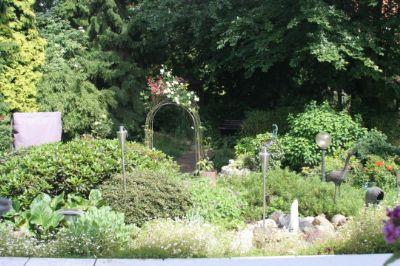 Rosenbogen mit Brücke