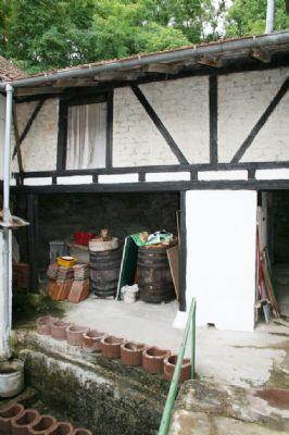 Holzlege aus jüngerer Zeit als Verbindungsbau