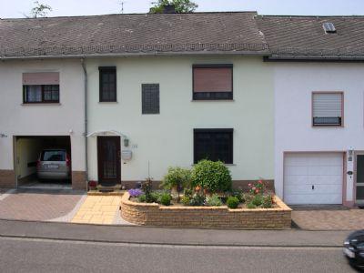 Straßenansicht: Vorgarten mit Garage (links)