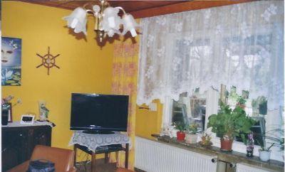 Wohnzimmer mit Fenster und Heizung