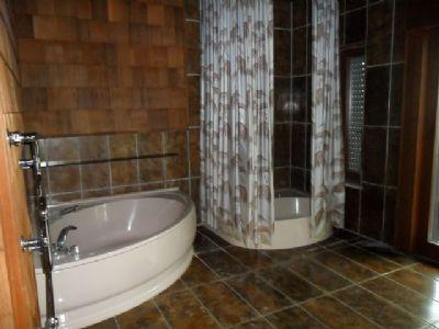 Teil vom Badezimmer mit Fenster