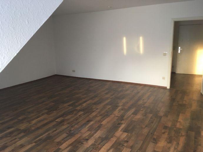 Attraktive, helle 2-Zimmer-DG-Wohnung im 2. OG