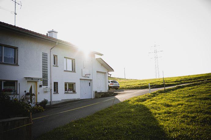 Drei-Zimmer-Doppelhaushälfte im Wohnungseigentum mit Garage und Garten
