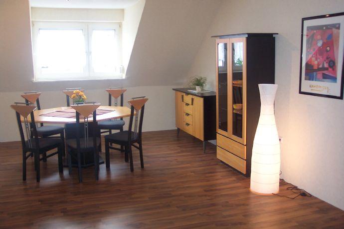 2 ZKB große helle geschmackvoll eingerichtete Wohnung im DG