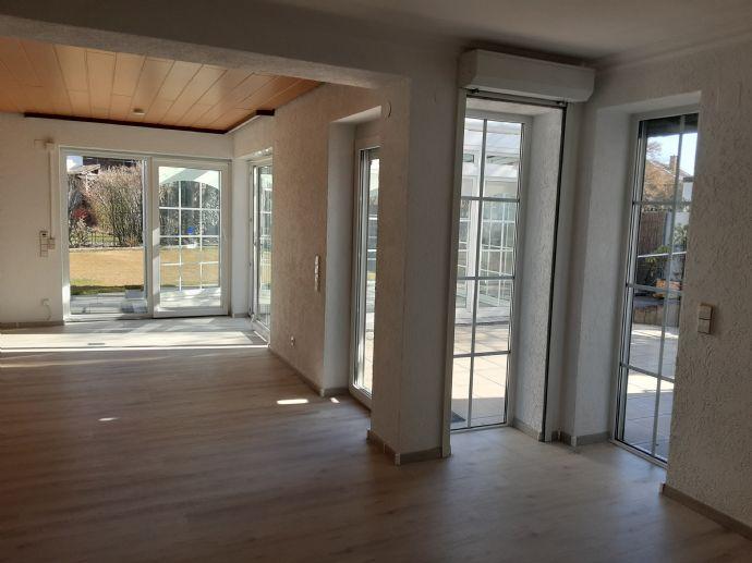 Großzügige 2-Zimmer-Wohnung 108 qm  Küche, Bad, Gäste-WC, Terrasse und Wintergarten zu vermieten