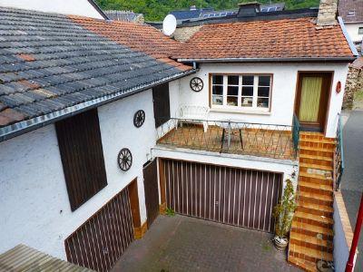 Hof mit Garagen und Nebengebäuden