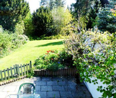 Blick über die untere Terrasse zum Garten