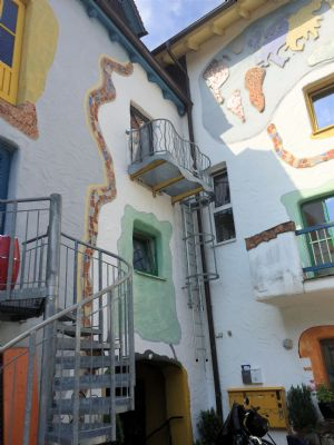 Hofseite mit Balkonen und Feuertreppe