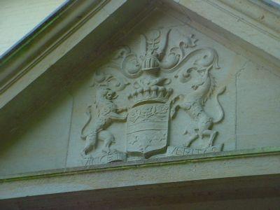 Inschrift Eingangsportal Villa
