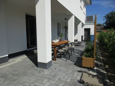 sch ne erdgeschosswohnung mit separatem eingang und gro er. Black Bedroom Furniture Sets. Home Design Ideas