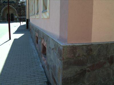 Fußgängerweg straßenseitig