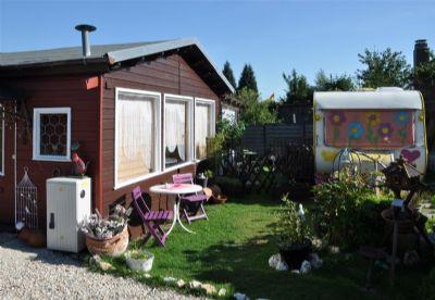 ferienhaus mit terrasse garten und 2 parkpl tzen dazu gibt es einen wohnwagen als g stehaus. Black Bedroom Furniture Sets. Home Design Ideas