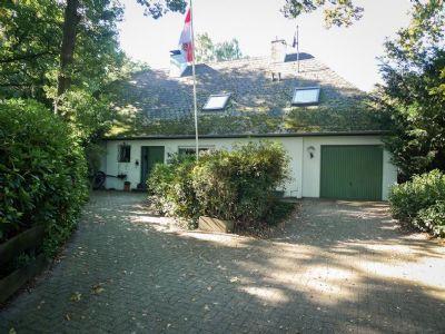 Ostseite - Hauseingang mit Einzelgarage
