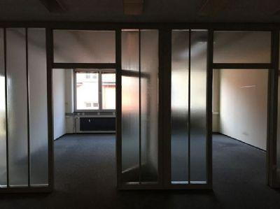 Büro mit Glastrennung