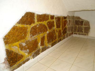 Keller mit freigelegtem Granitstein