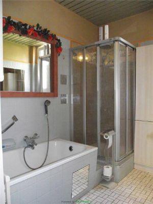 Bad mit Dusche und Wanne