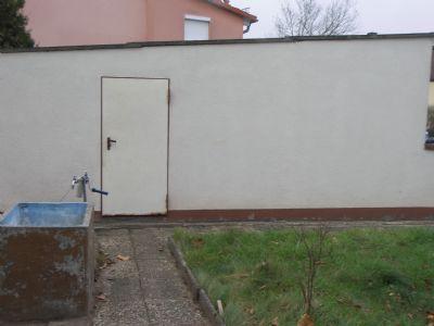 Gartenwasseranschluss und Seiteneingang zur Garage