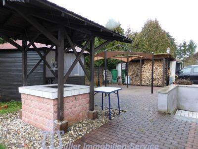 Hofraum mit Grillplatz, Holzlager und Garage