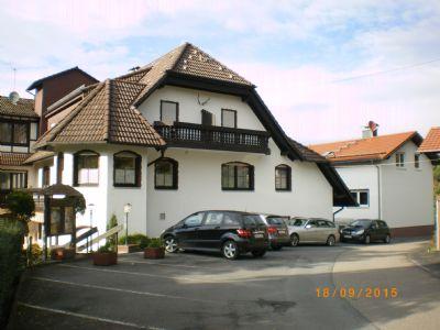 Hotel mit Wohnhaus und Parkplätzen