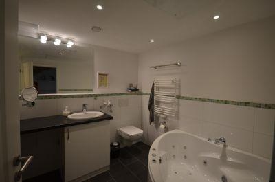 8  Wellnessbad - Whirlpool - Handtuchtrockner - WC