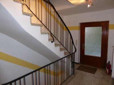 ein großes, helles Treppenhaus