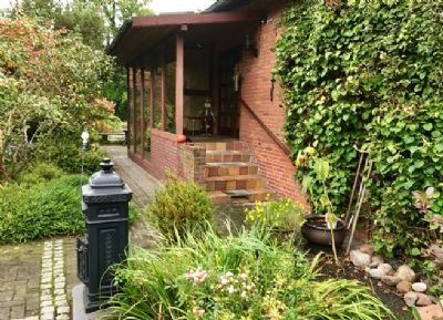 Doppelhaus bungalow mit liebevoll angelegtem garten in for Doppelhaus garten gestalten