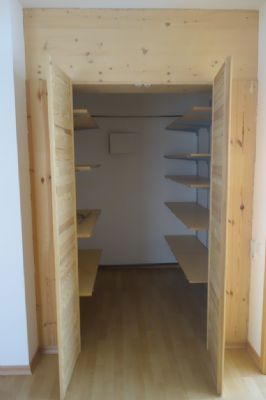 Wohnraum 4 aktuell begehbarer Kleiderschrank oder
