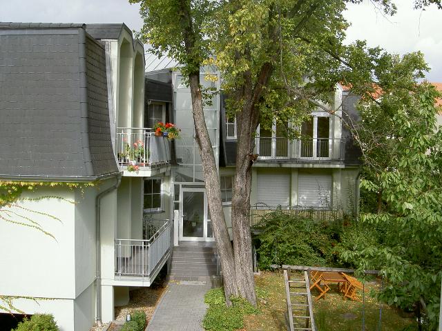 extravagante wohnung im gartenhaus mit mietergarten in. Black Bedroom Furniture Sets. Home Design Ideas