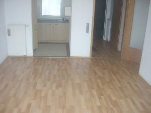 Wohnzimmer mit Zugang zur EBK