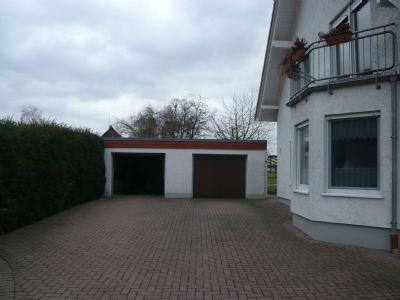 Garage rechts mit Stellplatz davor