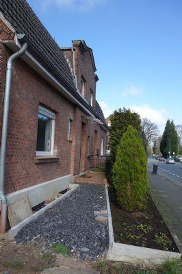 Eingang gr. Haus-wird noch gepflastert