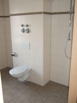 helles Bad mit Dusche (barrierefrei)