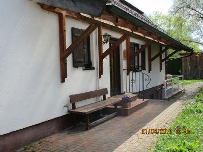 Hauseingang zum EG mit breiter Überdachung