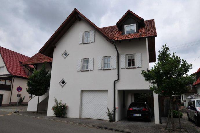Top-Stadthaus - teilmöbliert mit Terrasse, Garage, Carport und Platz ...