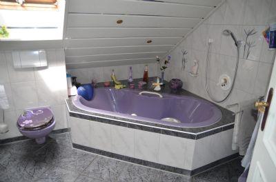Großes Bad mit großer Eckwanne im OG