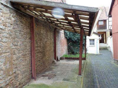 überdachter Sitzbereich m. Natursteinmauer ...
