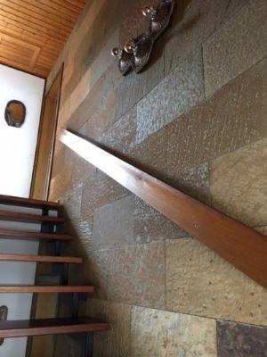 Treppe mit Natursteinwand