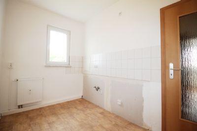 Küche mit Fenster und Fliesenspiegel