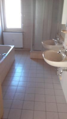 Großes helles Bad mit Wanne und Dusche