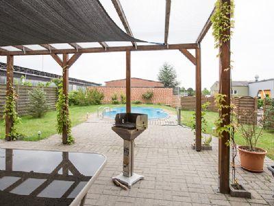 Blick vom Wohnzimmer auf die Terasse und Garten