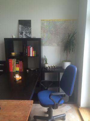 Wohnzimmer mit Tisch