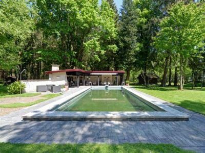 Schwimmbad im Park