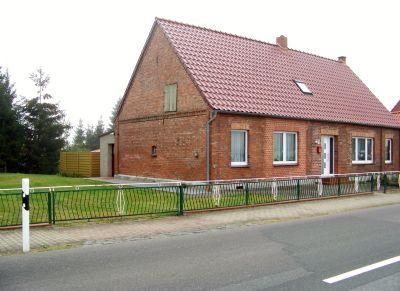 Wohnhaus mit Zufahrt